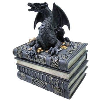 Boîte Dragon Fantasy sur pile de livres et trésor