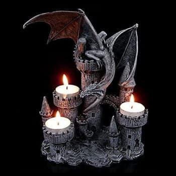 Dragon gothique posé sur la plus haute tour d'un château
