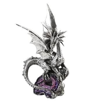Figurine Dragon argenté se tenant sur des cristaux d'améthyste